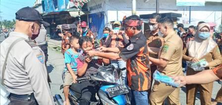 Pemuda Pancasila Kec Selesai Bagi Hand Sanitizer Ke Warga