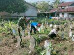Babinsa Gotong Royong Bersama Masyarakat Bersihkan TPU