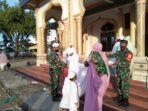 Tangkal Covid-19, Kodim Abdya Bagikan Masker kepada Jamaah Shalat Idul Fitri