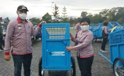 Pemkab Simalungun Serahkan Sarana Pengelolaan Sampah ke Kecamatan