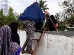Akses Jalan Ditembok, Santri Rumah Tahfiz Quran Gunakan Tangga